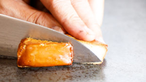 カマンベールチーズ燻製をカット