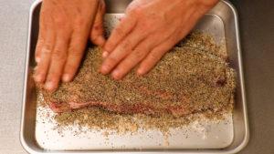 ハム作り。塩をすり込む