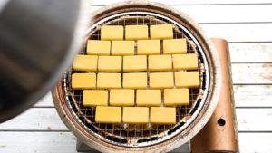 スモークチーズを余熱で燻製