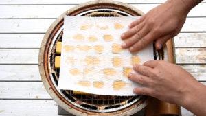 スモークチーズの水気を拭き取る
