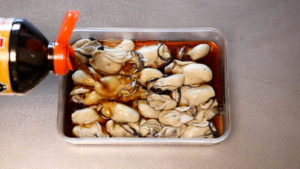 牡蠣を麺つゆにつける