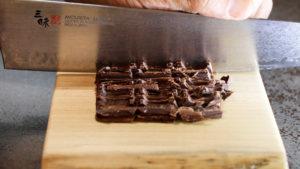 燻製板チョコを刻む
