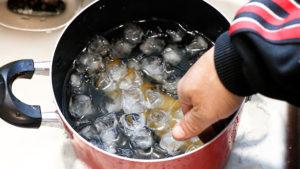 鰹の燻製を氷水で〆る
